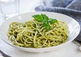 Spaghetti mit Basilikum Pesto angerichtet