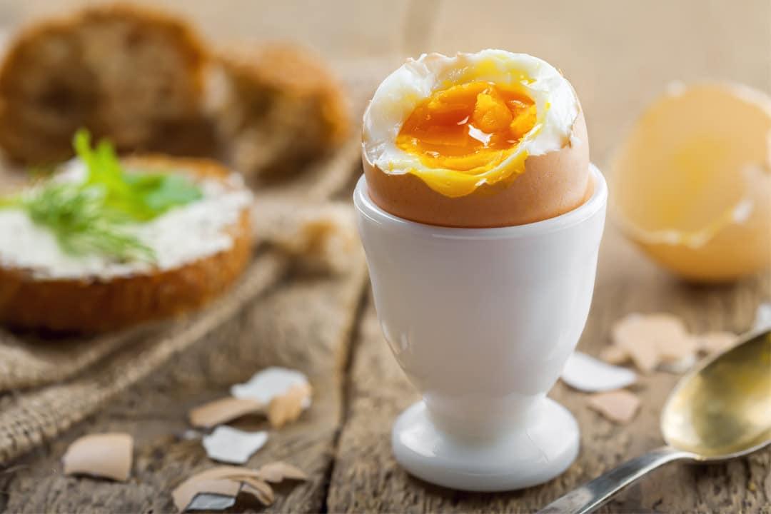 Gekochtes Ei mit Rauchsalz