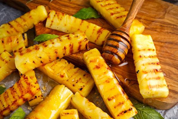 Gegrillte Ananas mit Honig, Rum, Butter, Minze und Rauchsalz