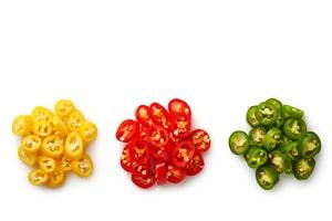 Warenkunde gelbe rote grüne Chili aufgeschnitten