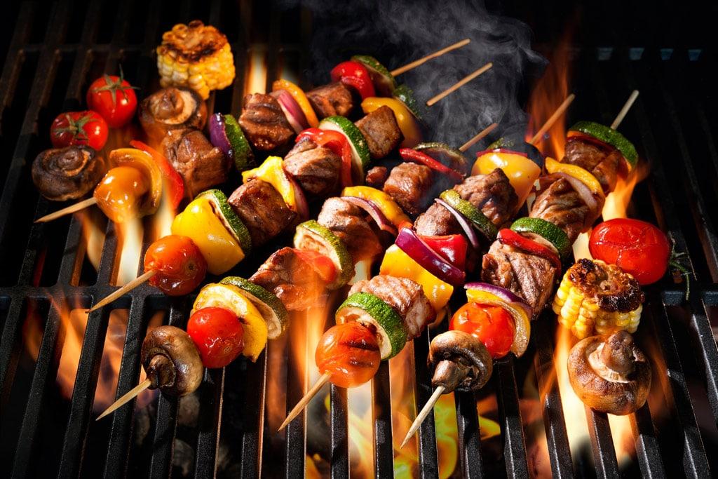 Rauchsalz Gemüse Fleischspieße auf dem Grill