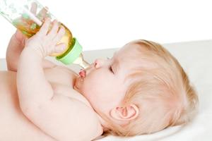Kind trinkt Fencheltee