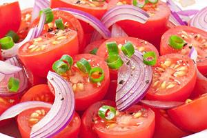 Tomatensalat mit Hibiskus